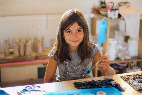 dievčatko maľuje na detskom krúžku