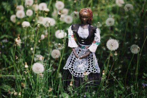 art dielo na objednávku socha v kroji v tráve