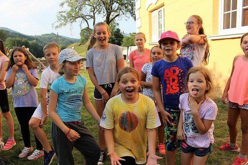 šťastné deti v tábore Fantázia