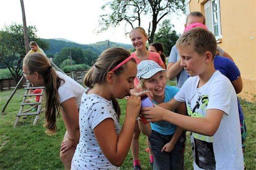 deti sa hrajú v tábore