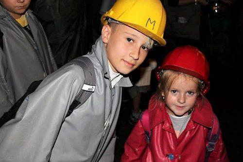deti s prilbami v štôlni na detskom tábore