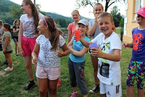 hra detí na detskom letnom tábore Fantázia