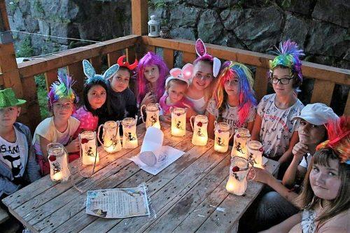 deti s maľovanými lampášikmi na detskom letnom tábore Fantázia