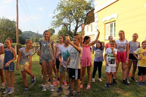 deti sa hrajú v detskom letnom tábore Fantázia