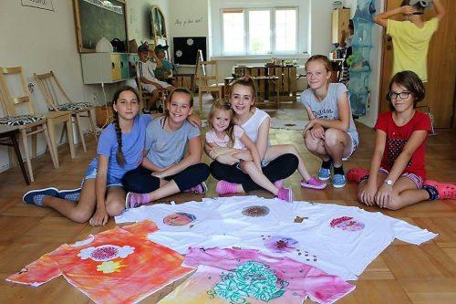 deti maľujú tričká v detskom letnom tábore Fantázia