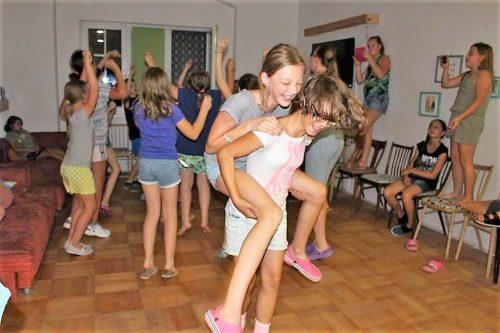 deti tancujú v detskom letnom tábore Fantázia