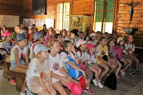deti pozerajú na obrazovku v detskom letnom tábore Fantázia