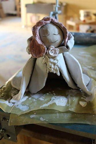 dievčatko z hliny vytvorené na tábore Fantázia