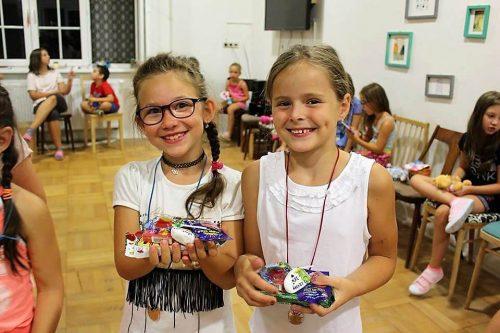 dievčatá vyhrali sladkosti na tábore