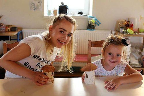 dve dievčatá s vytvorenými hríbikmi v detskom tábore