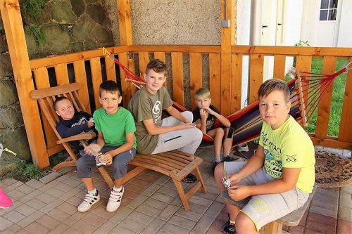 deti na terase v detskom letnom tábore Fantázia
