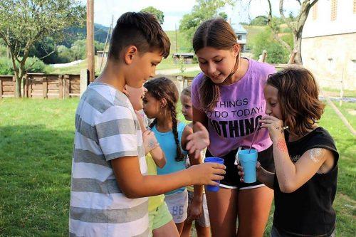 hra detí v detskom letnom tábore Fantázia