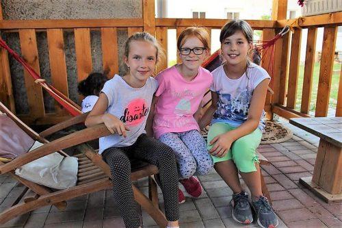 dievčatá na terase v detskom letnom tábore Fantázia