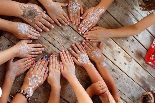 pomaľované ruky detí na tábore ornamentmi