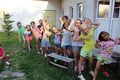 deti robia opičky na tábore