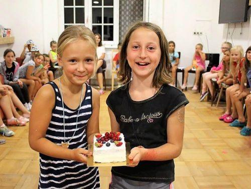 dievčatá s koláčikom v detskom letnom tábore Fantázia