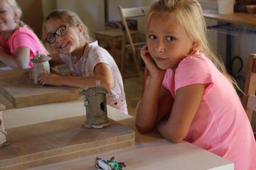 dievčatko na tábore tvorí z hliny
