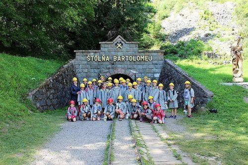 deti pred štôlňou Bartolomej v detskom tábore Fantázia