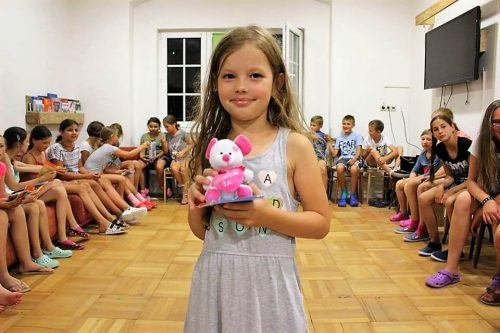 dievčatko vyhralo cenu v detskom letnom tábore