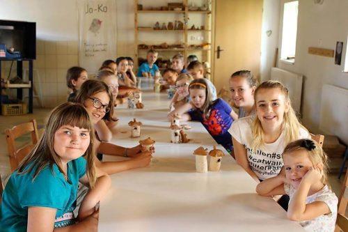 deti pri stole v detskom letnom tábore Fantázia