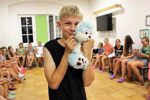 chlapec s plyšákom v detskom letnom tábore Fantázia