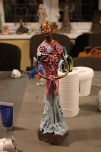 socha dievčaťa pomocou techniky Paverpol