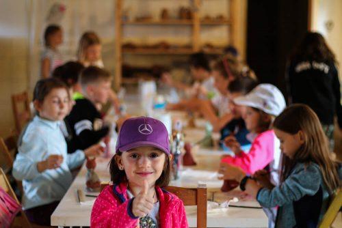 šťastné dievčatko v detskom tábore Fantázia