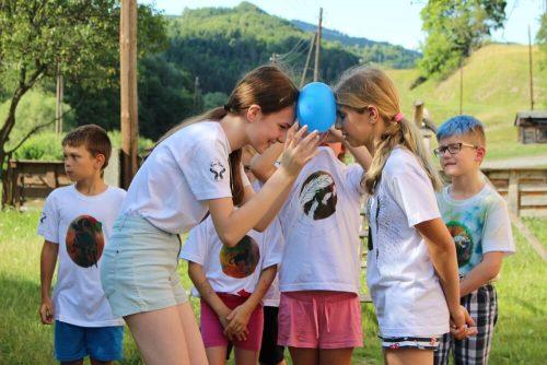 dievčatá držia balón čelami na tábore
