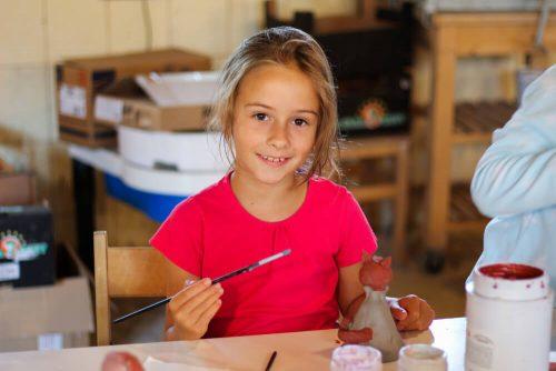 dievčatko so štetcom na detskom letnom tábore