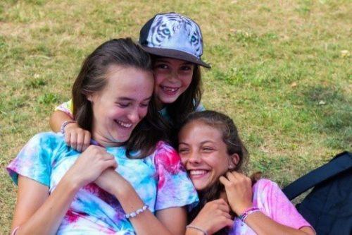 tri smejúce sa dievčatá na tábore