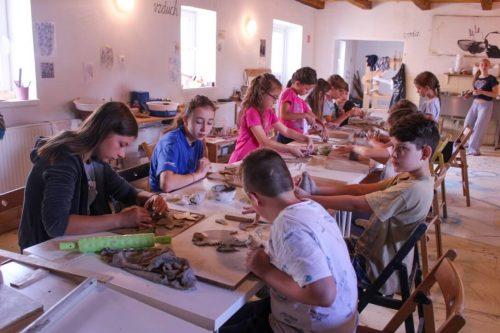 na letnom tábore deti modelujú