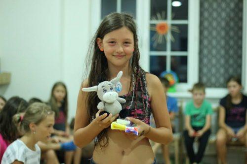 dievčatko vyhralo cenu na letnom tábore