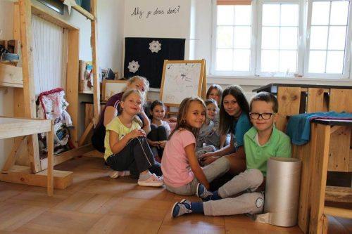 skupina detí na letnom tábore