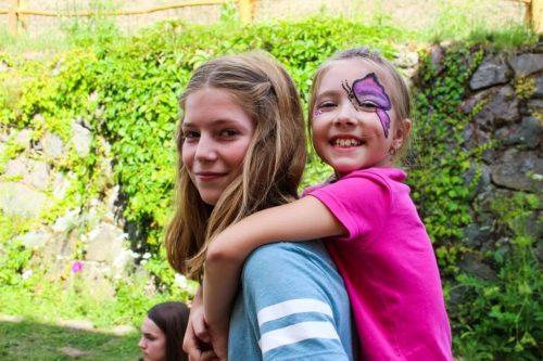 dievčatá na letnom tábore pre deti
