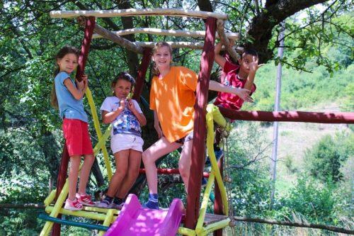 deti na ihrisku na letnom tábore