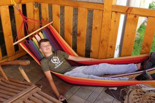 chlapec odpočíva na lehátku v tábore