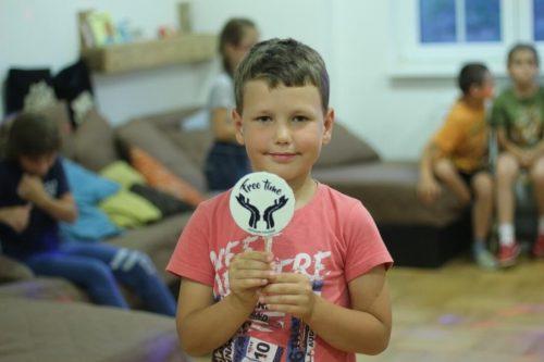 chlapec s logom OZ Free Time na tábore