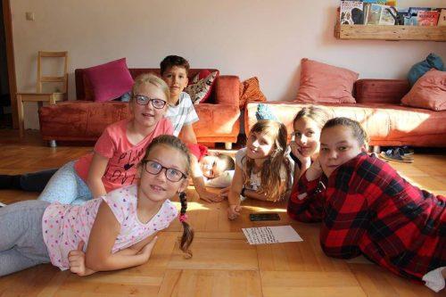 skupina detí na letnom tábore v izbe