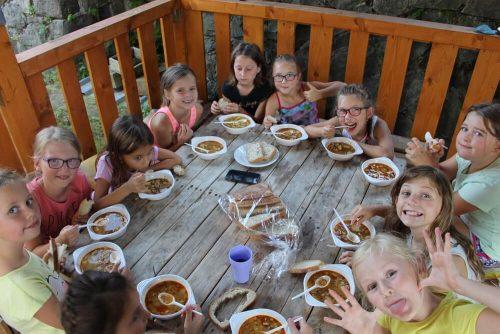 deti jedia na detskom táboe
