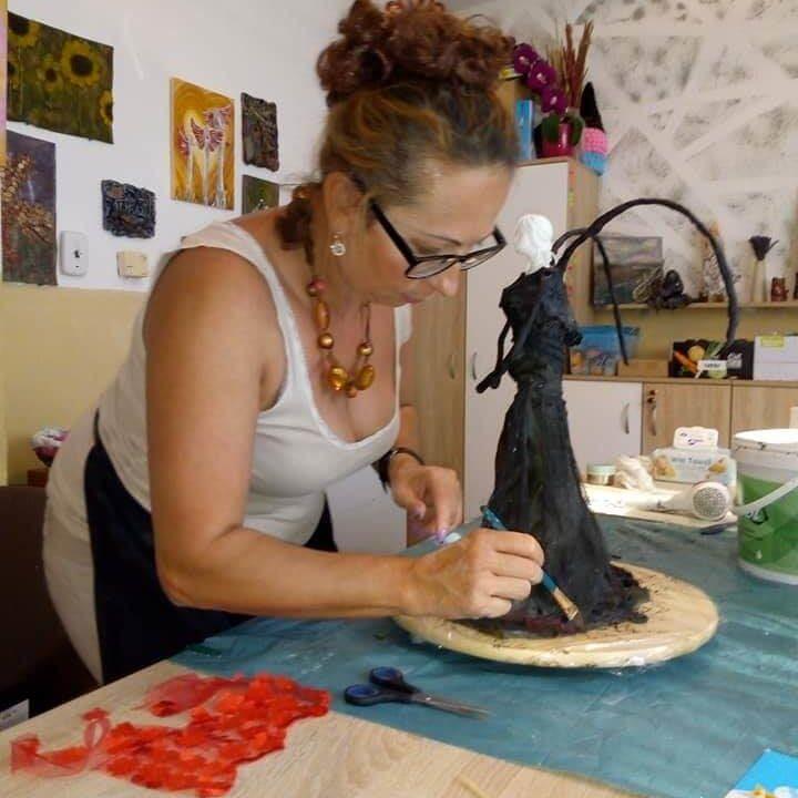 žena modelujúca sochu na kurze pre dospelých